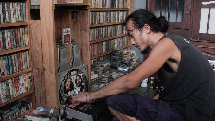 Bang Boy, kolektor kaset pita di tengah era era digital.
