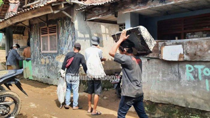 Kampungnya Diterjang Banjir Bandang, Warga Cigudeg Bogor Selamatkan Barang Elektronik : Buat Hiburan