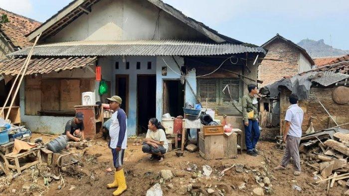 Tinjau Korban Banjir Bandang di Cigudeg Bogor, Bupati Ade Yasin Janji Bantu Perbaiki Rumah Warga