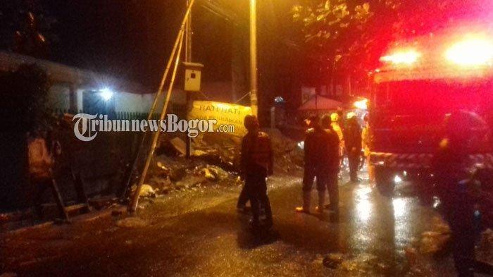 BREAKINGNEWS - Diguyur Hujan Deras, Dinding Rumah Warga Bogor Jebol Hingga Air Masuk ke Dalam Rumah