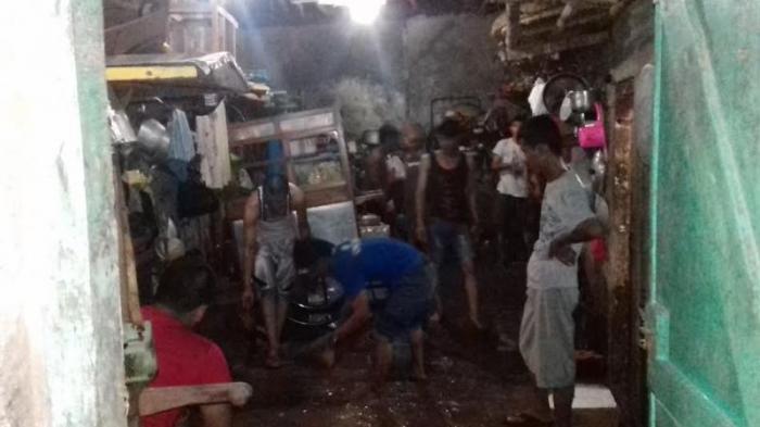 Rumahnya Terendam Banjir, Belasan  Pedagang Kerja Bakti