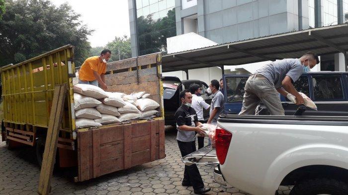 Bantuan Sosial 20 Ton Beras dan 500 APD dari DPRD Kabupaten Bogor Mulai Diangkut