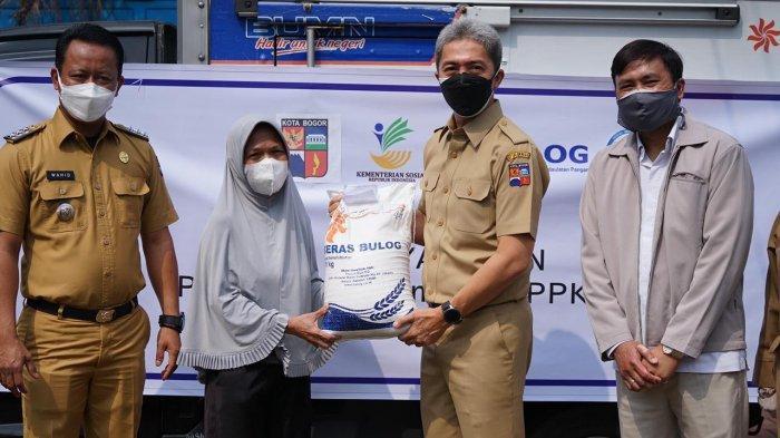 Pemerintah pusat melalui Badan Urusan Logistik (Bulog) mengirimkan 115.000 paket beras ke Kantor Dinas Sosial (Dinsos) Kota Bogor, Senin (19/7/2021).