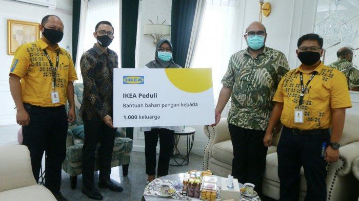 Gandeng Pemkab Bogor, IKEA Salurkan Bantuan 1.000 Paket Sembako untuk Rumah Tangga Miskin