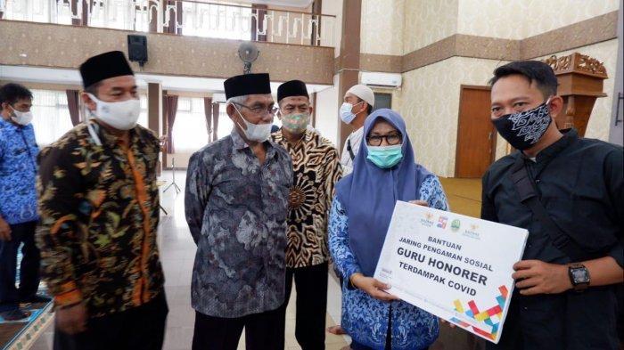 Sekda Kota Bogor Syarifah Serahkan Bantuan JPS untuk Warga Terdampak Covid-19