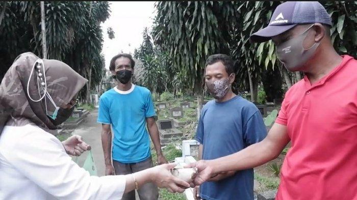 ASN Peduli Pandemi, Sekda Syarifah Bagikan Nasi Bungkus di TPU Blender
