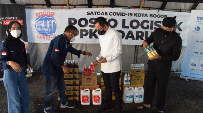 Ketua Satgas Penanganan Covid-19 Kota Bogor sekaligus Wali Kota Bogor, Bima Arya secara langsung menerima bantuan dari PT Kino Indonesia, Dana Kemanusiaan Kompas dan Danone di Posko Logistik PPKM, Jalan Jendral Sudirman, Kota Bogor, Kamis (9/9/2021).