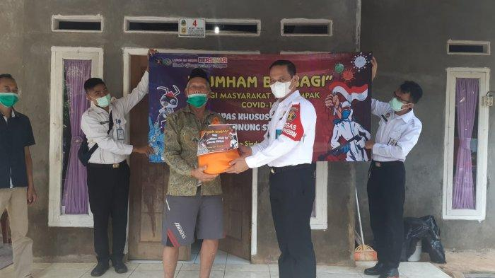 Kumham Berbagi, Lapas Khusus Kelas II A Gunungsindur Salurkan Sembako untuk Warga