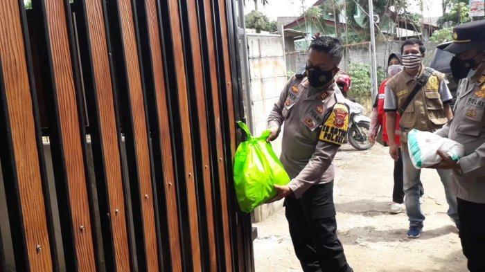 Polisi di Cibinong Bogor Bagikan Bantuan Paket Sembako untuk Warga yang Isolasi Mandiri