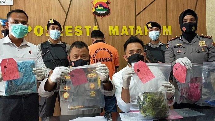 PEMBUNUHAN: Kapolresta Mataram Kombes Pol Heri Wahyudi (dua dari kiri) bersama Kasat Reskrim Kompol Kadek Adi Budi Astawa (dua dari kanan) menunjukkan barang bukti dalam kasus pembunuhan suami tusuk istri, Senin (19/4/2021).