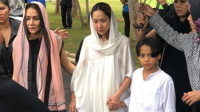 BCL Menangis di Pusara Suami, Ayah Ashraf Sinclair: Bunga, Terima Kasih Telah Mencintai Anak Saya