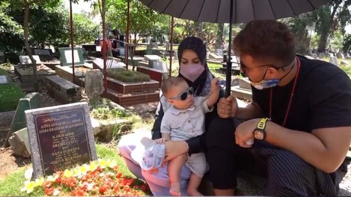 Ajak Irish Bella Ziarah ke Makam Anak Kembarnya, Ammar Zoni ke Baby Air : Kamu Bisa Lihat Kakakmu Ya