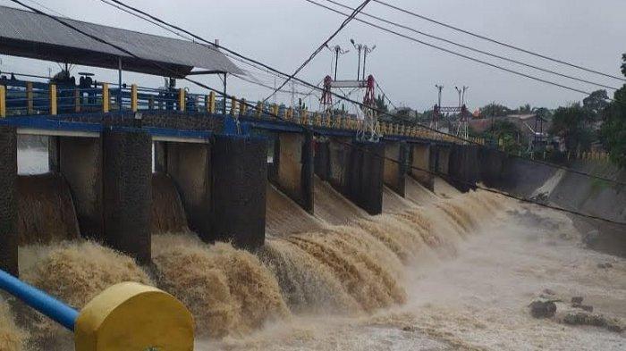 Bendung Katulampa -- Kondisi Tinggi Muka Air (TMA) Sungai Ciliwung di Bendung Katulampa, Kota Bogor, Sabtu (31/10/2020) sore.