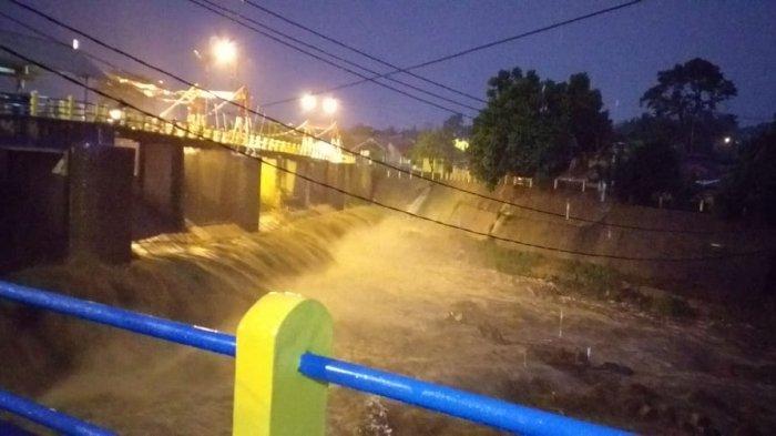 BREAKING NEWS - Bogor Diguyur Hujan Deras, Sungai Ciliwung Siaga 3