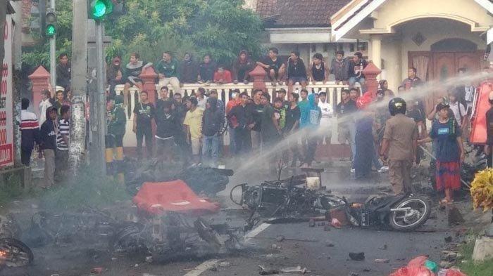 VIDEO Kerusuhan Bonek dan Aremania di Blitar, Polisi Sebut 7 Motor Terbakar