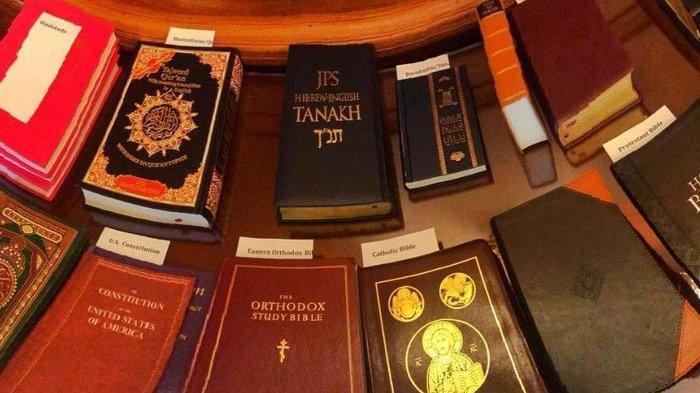 12 Lebih Kitab Suci Agama di Dunia Digunakan Saat Pelantikan Anggota Dewas AS, Ini Pesannya !
