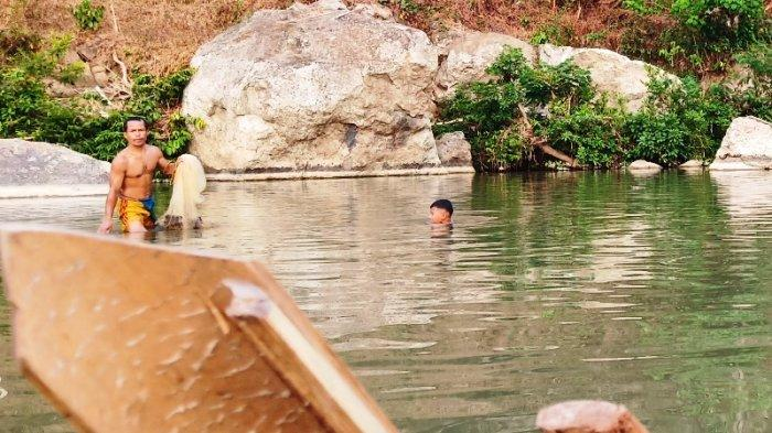 Berburu Ikan Genggehek di Sungai Cibeet, Dapat Banyak di Musim Kemarau
