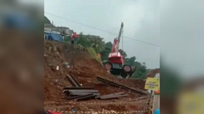 Beredar Video Alat Berat Crane Terguling di Kota Bogor, Pengendara yang Melintas Histeris