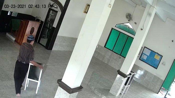 Terekam CCTV, Pria Ini Kuras Isi Kotak Amal di Masjid Jonggol Bogor