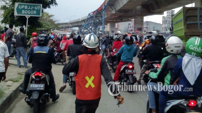 Besi Proyek Tol BORR Jatuh, Jalan Sholeh Iskandar dari Arah Yasmin Menuju Kota Bogor Ditutup