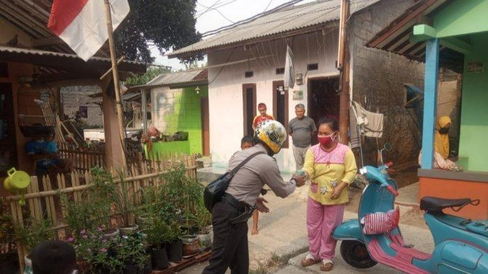 Bhabinkamtibmas Desa Bojonggede, Aipda Sodikin bersama komunitas Vespa mengapresiasi warga Kampung Setu Bojonggede yang tertib protokol kesehatan
