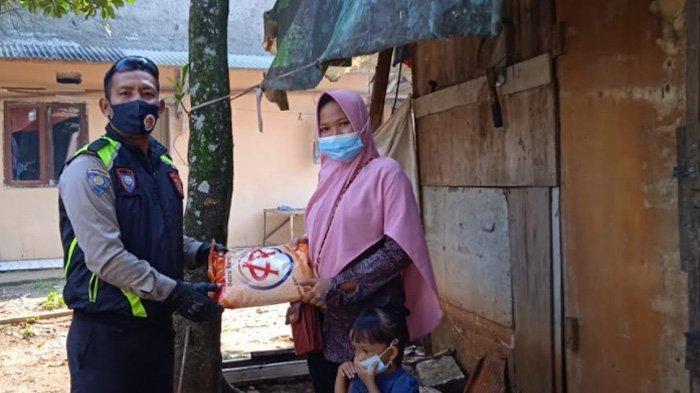 Banyak Warga Terdampak Pandemi Covid, Petugas Polsek Tajurhalang Bagikan Beras di Pasar Tradisional