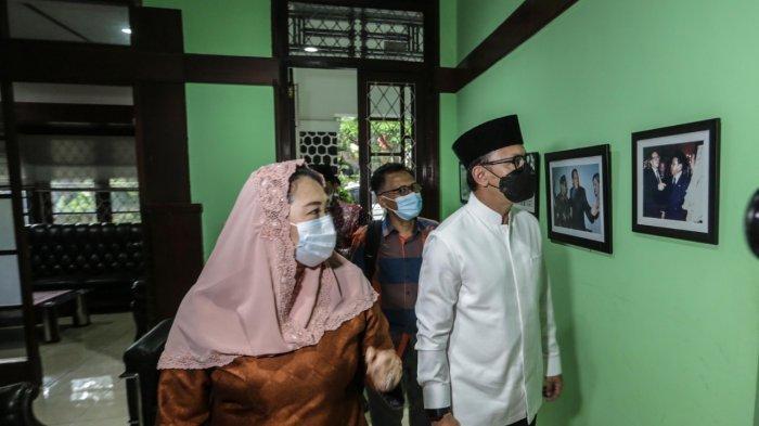 Wali Kota Bogor Bima Arya bersilaturhami dengan pendiri The Wahid Institute, Zannuba Ariffah Chafsoh atau yang akrab disapa Yenny Wahid di Griya Gus Dur, Jakarta, Kamis (16/6/2021).