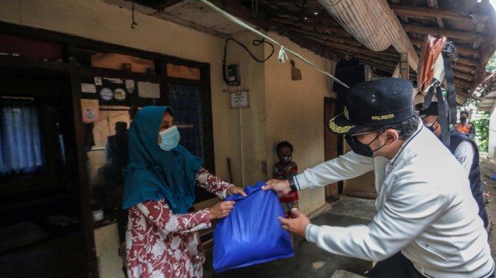 Di tengah masa PPKM Level 4, Wali Kota Bogor, Bima Arya, Sabtu (24/7/2021) siang, blusukan ke beberapa wilayah di Kota Bogor untuk memberikan bantuan paket sembako dan vitamin bagi masyarakat yang membutuhkan.