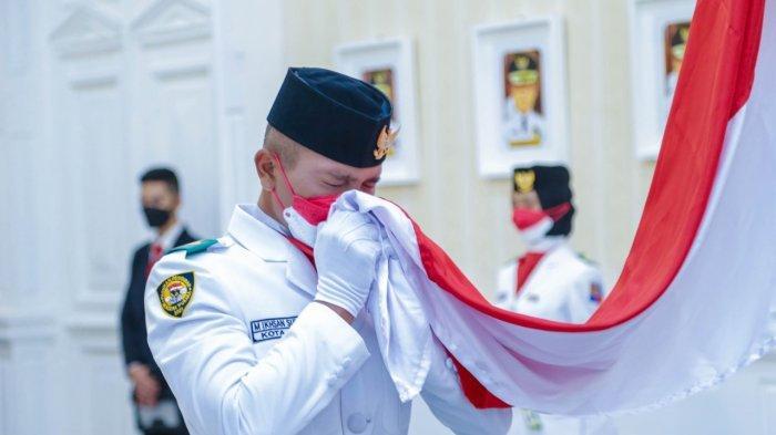 Wali Kota Bogor Bima Arya mengukuhkan 16 anggota Pasukan Pengibar Bendera Pusaka (Paskibraka) tingkat Kota Bogor di Balaikota Bogor, Senin (16/8/2021).