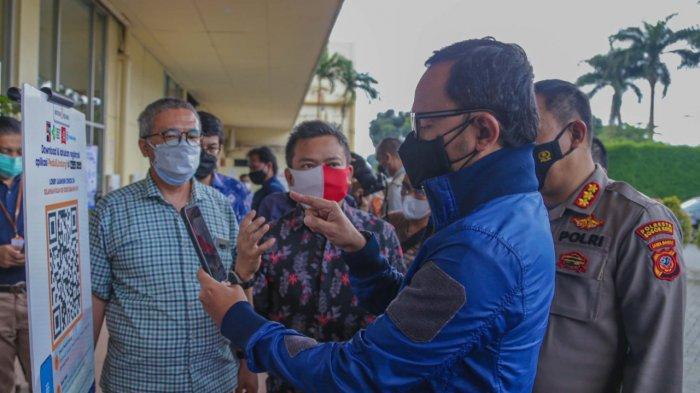 Wali Kota Bogor Bima Arya bersama Kapolresta Bogor Kota Susatyo Purnomo Condro meninjau kesiapan dioperasikannya kembali mal dan pusat perbelanjaan dalam waktu dekat. Dua titik yang dipantau adalah Botani Square dan Mall BTM, Sabtu (21/8/2021).