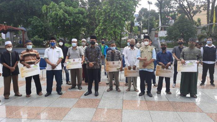 Wali Kota Bogor Bima Arya Serahkan Bantuan Kepada Buruh Harian Lepas