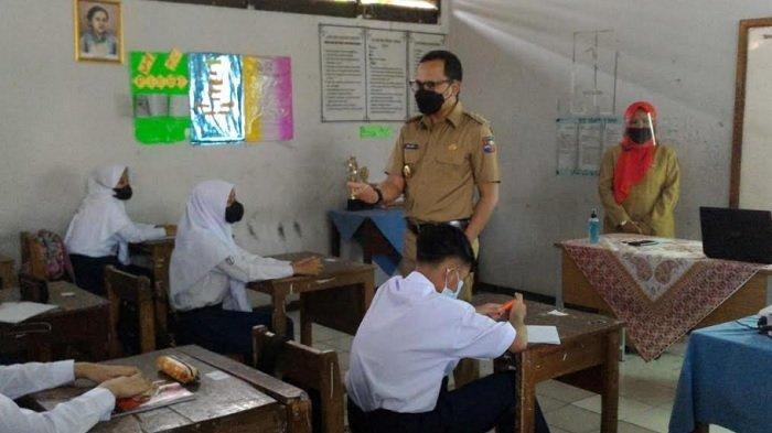 Hari Pertama Uji Coba Sekolah Tatap Muka Bima Arya Ngajar di Kelas Tentang Materi Covid-19