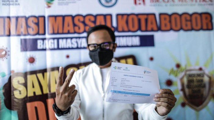 Setelah menunggu tiga bulan, Wali Kota Bogor, Bima Arya akhirnya bisa melakukan vaksinasi Covid-19 di Braja Mustika, Jalan Dr. Semeru, Kecamatan Bogor Barat, Kota Bogor, Senin (12/7/2021).