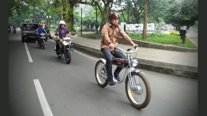 Bima Arya Posting Foto One Day No Car, Netizen: Lah Itu Dikawal DLLAJ Pake Ninja