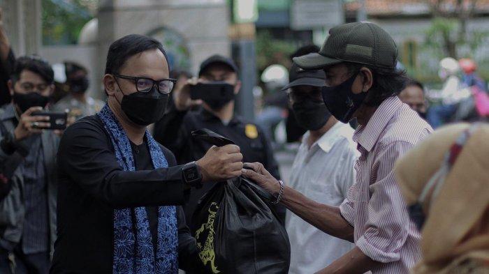 Wali Kota Bogor, Bima Arya memberikan bantuan untuk warga yang terkena dampak pandemi Covid-19