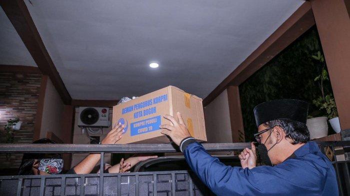 Wali Kota Bogor, Bima Arya mengunjungi beberapa rumah warga yang tengah melakukan isolasi. Selain memberikan doa dan dukungan moril, kedatangannya juga memberikan sejumlah bantuan logistik, berupa sembako, masker, hand sanitizer serta vitamin.