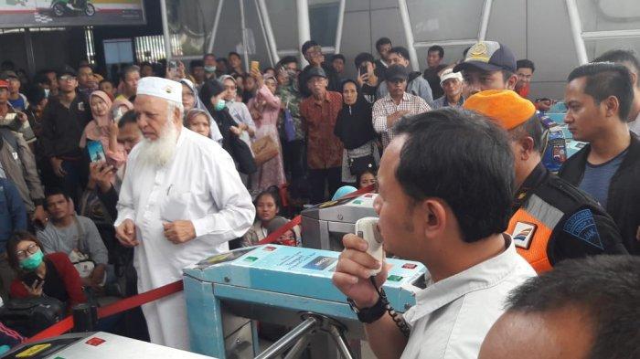 KRL Terdampak Mati Lampu Jabodetabek, Bima Arya Kirim Bantuan Angkut Penumpang di Stasiun Bogor
