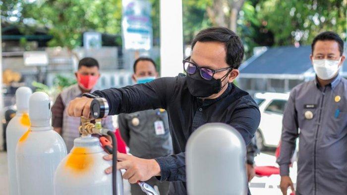 Wali Kota Bogor Bima Arya meninjau Kantor Kecamatan Bogor Utara untuk melihat secara langsung proses distribusi oksigen untuk kebutuhan warga yang sedang menjalani perawatan di rumah.