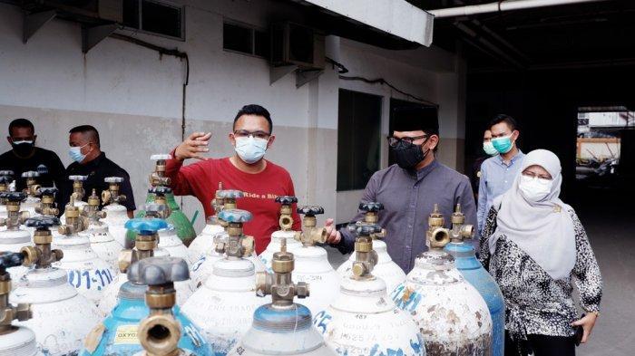 Bima Arya didampingi Kepala Dinas Kesehatan (Dinkes) Kota Bogor, Sri Nowo Retno mendatangi tempat penyimpanan tabung oksigen medis di rumah sakit Ummi Bogor.