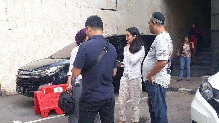 Jenguk Ratna Sarumpaet di Rutan Polda Metro Jaya, Tampilan Santai Atiqah Hasiholan Jadi Sorotan