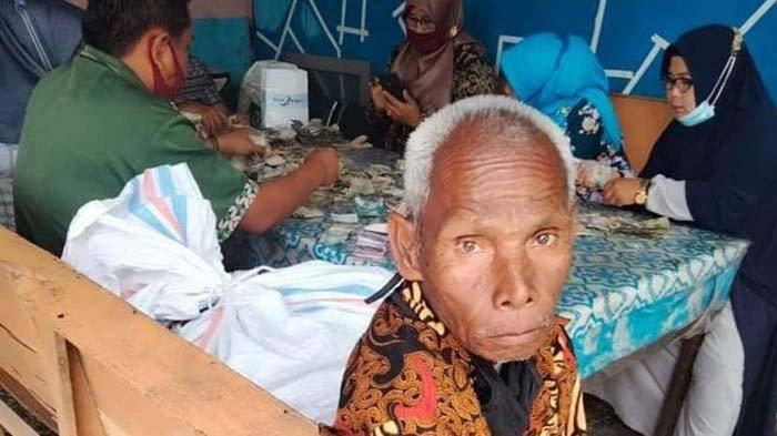 Kakek Tunarungu Biok (81) ternyata memiliki berkarung-karung uang yang disimpan di rumahnya (KOMPAS.COM/PERDANA PUTRA)