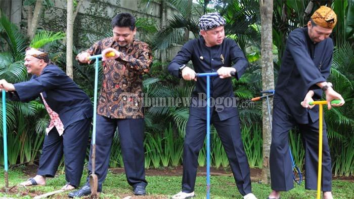 Wajah Bima Arya Memerah Saat Melubangi Tanah di Padjajaran Suites Resort and Hotel Bogor