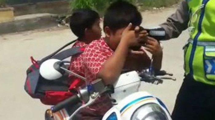 Kena Tilang, Bocah SD Ini Menangis Sambil Cium Tangan Polisi