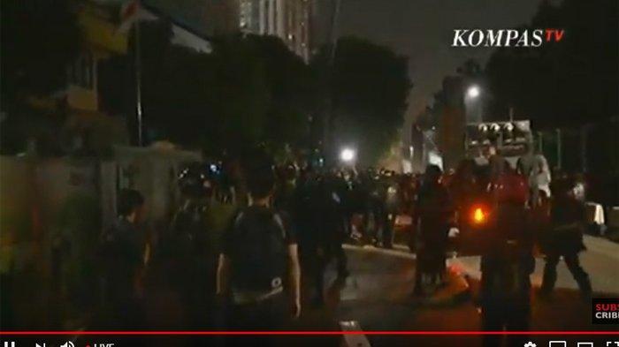 UPDATE 19.30 WIB -  Memanas ! Demonstran Serang Petugas Pakai Batu dan Petasan