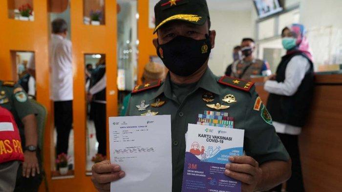 Danrem 061/K Brigjen TNI Achmad Fauzi, S.I.P.,M.M, menerima vaksin Covid-19 dosis kedua di Puskesmas Tanahsareal, Kota Bogor, Kamis (28/1/2021).