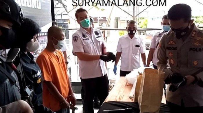 Budi Santoso (27) menjadi tersangka kasus pembunuhan Ni'ma Turohmah (45) di Desa Suruhan Lor, Tulungagung. (SURYAMALANG.COM/David Yohanes)