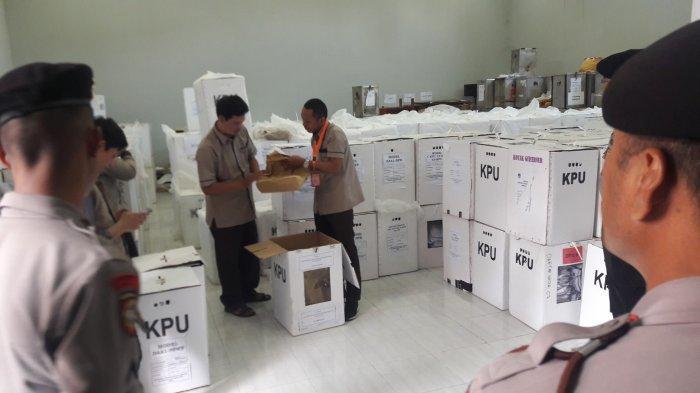 Pengamanan Ketat Kepolisian Warnai Pembukaan Kotak Suara Di Kantor KPUD Kabupaten Bogor