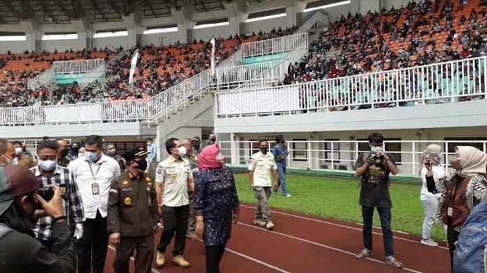 Tinjau Vaksinasi Massal di Stadion Pakansari, Bupati Bogor Diteriaki Warga: Lapar Bu !