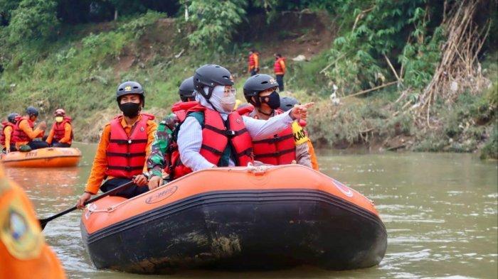 Naik Perahu Karet di Sungai Cileungsi, Bupati Bogor Sebut Temukan Banyak Masalah