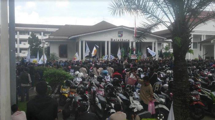 Ratusan Buruh Tiba Di Balaikota Bogor, Padati Kantor Wali Kota Bogor untuk Orasi